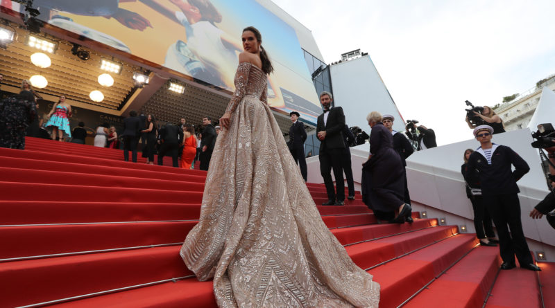 "Brazilian model Alessandra Ambrosio poses as she arrives on May 18, 2018 for the screening of the film ""The Wild Pear Tree (Ahlat Agaci)"" at the 71st edition of the Cannes Film Festival in Cannes, southern France.  / AFP PHOTO / Valery HACHE"